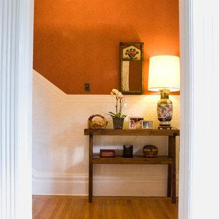Свежая идея для дизайна: прихожая в стиле фьюжн с оранжевыми стенами и паркетным полом среднего тона - отличное фото интерьера