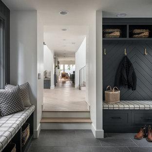 Стильный дизайн: тамбур в стиле кантри с белыми стенами, серым полом и стенами из вагонки - последний тренд