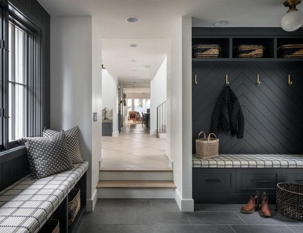 Landhausstil Eingang by Dana Webber Architect LLC