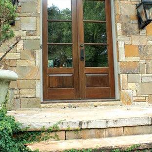 Esempio di una porta d'ingresso classica di medie dimensioni con pareti marroni, una porta a due ante e una porta in legno chiaro