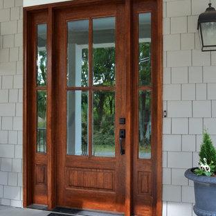 Imagen de puerta principal campestre con paredes grises, suelo de madera pintada, puerta simple y puerta de madera oscura