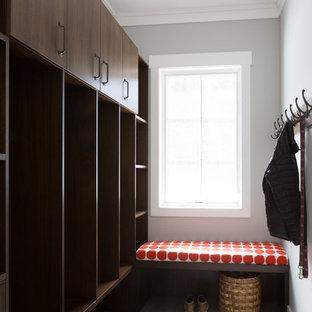 Idéer för ett stort klassiskt kapprum, med beige väggar, klinkergolv i keramik, en enkeldörr, en brun dörr och blått golv