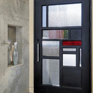 Cette image montre une entrée design avec une porte noire.