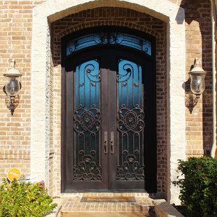 Идея дизайна: входная дверь в классическом стиле с двустворчатой входной дверью и металлической входной дверью