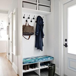 Modelo de vestíbulo posterior tradicional renovado, pequeño, con paredes azules, suelo de baldosas de cerámica, puerta simple, puerta blanca y suelo gris