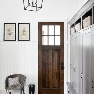Exempel på ett mellanstort lantligt kapprum, med vita väggar, tegelgolv, en enkeldörr och rött golv