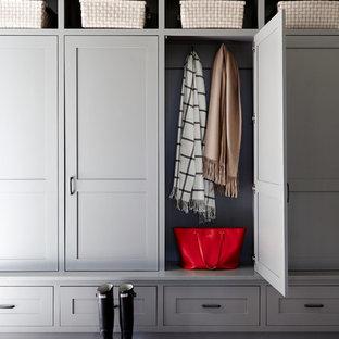 Inspiration pour une entrée rustique de taille moyenne avec un vestiaire, un mur blanc, un sol en brique et un sol rouge.