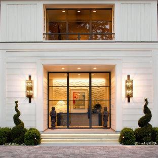Exempel på en klassisk ingång och ytterdörr, med en enkeldörr och glasdörr