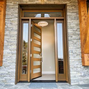 他の地域の中くらいの片開きドアトランジショナルスタイルのおしゃれな玄関ドア (ベージュの壁、セラミックタイルの床、ガラスドア、白い床、表し梁) の写真