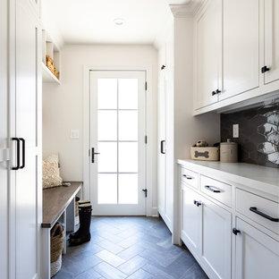 Réalisation d'une porte d'entrée champêtre de taille moyenne avec un mur blanc, un sol en carrelage de porcelaine, une porte simple, un sol bleu et une porte en verre.