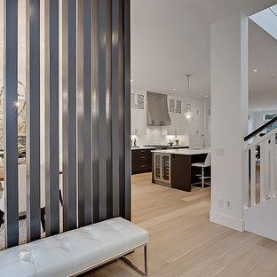 Idée de décoration pour un hall d'entrée avec un mur blanc, une porte simple et une porte en verre.
