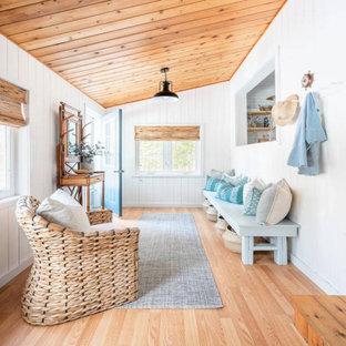 トロントの中くらいの片開きドアビーチスタイルのおしゃれな玄関ドア (白い壁、淡色無垢フローリング、青いドア、ベージュの床、板張り天井、パネル壁) の写真