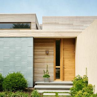 Diseño de puerta principal costera con puerta simple y puerta de madera clara