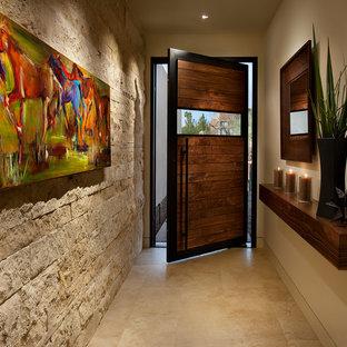 Свежая идея для дизайна: узкая прихожая в стиле фьюжн с бежевыми стенами, поворотной входной дверью, входной дверью из темного дерева и бежевым полом - отличное фото интерьера