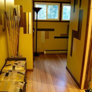 Modern inredning av en entré, med bambugolv och gult golv
