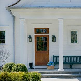 Exemple d'une porte d'entrée chic.