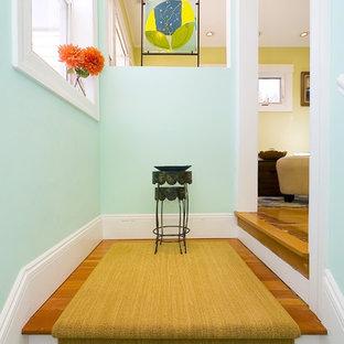 Foto de entrada actual con paredes azules y suelo de madera en tonos medios