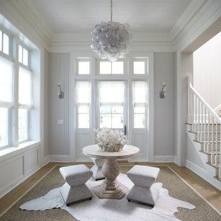 Maritimer Eingang mit grauer Wandfarbe, braunem Holzboden, Einzeltür und weißer Tür in Atlanta