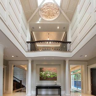 Diseño de hall tradicional, grande, con paredes blancas y suelo de granito