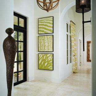 マイアミのトロピカルスタイルのおしゃれな玄関 (白い壁) の写真
