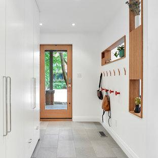 Modelo de distribuidor actual, de tamaño medio, con paredes blancas, puerta simple, puerta de vidrio y suelo gris