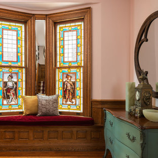 トロントの小さい片開きドアエクレクティックスタイルのおしゃれな玄関ロビー (淡色無垢フローリング、木目調のドア、ピンクの壁) の写真