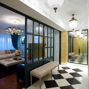 他の地域の中くらいの片開きドアエクレクティックスタイルのおしゃれな玄関ホール (黄色い壁、御影石の床、白いドア、白い床、壁紙) の写真