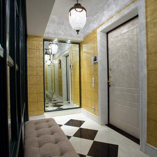 他の地域の中くらいの片開きドアエクレクティックスタイルのおしゃれな玄関ホール (黄色い壁、御影石の床、白いドア、白い床) の写真