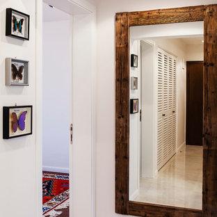 Пример оригинального дизайна: фойе среднего размера в стиле фьюжн с белыми стенами, полом из керамической плитки, одностворчатой входной дверью и входной дверью из темного дерева