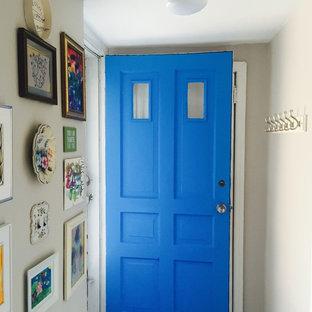 На фото: маленький вестибюль в стиле фьюжн с белыми стенами, одностворчатой входной дверью и синей входной дверью