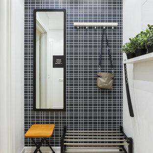 Создайте стильный интерьер: маленькая прихожая в скандинавском стиле с разноцветными стенами и светлым паркетным полом - последний тренд
