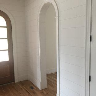 Idéer för mellanstora lantliga foajéer, med vita väggar, mellanmörkt trägolv, en enkeldörr, mörk trädörr och brunt golv