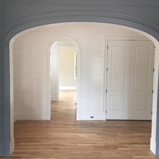 Idéer för att renovera en mellanstor lantlig foajé, med blå väggar, mellanmörkt trägolv, en enkeldörr, mörk trädörr och brunt golv