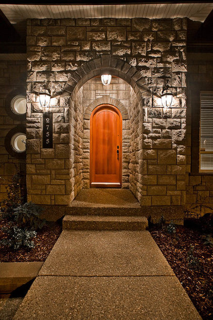 Traditional Entry by Clay Construction Inc.