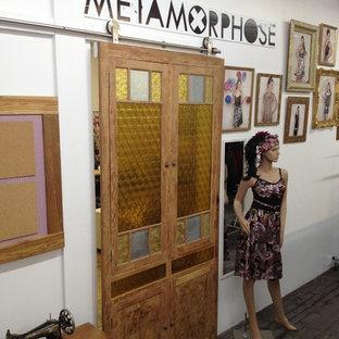 Foto de distribuidor romántico con paredes blancas, suelo de madera oscura, puerta corredera y suelo negro
