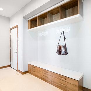 他の地域の大きい片開きドアモダンスタイルのおしゃれなマッドルーム (白い壁、クッションフロア、白いドア) の写真
