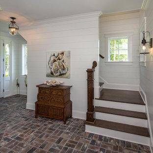 Imagen de distribuidor marinero, de tamaño medio, con paredes blancas, suelo de ladrillo, puerta simple y puerta blanca