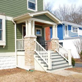 Mittelgroße Country Haustür mit grüner Wandfarbe, Einzeltür, brauner Tür, Betonboden und gelbem Boden in Sonstige