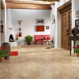 Mittelgroßer Rustikaler Eingang mit Korridor, weißer Wandfarbe, Betonboden, Doppeltür, dunkler Holztür und beigem Boden in Sonstige