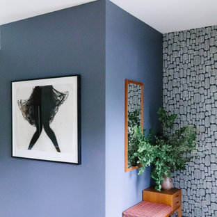 Ispirazione per un ingresso moderno di medie dimensioni con pareti grigie, parquet chiaro, una porta singola, una porta in legno chiaro, pavimento beige, soffitto a volta e carta da parati