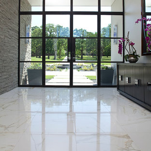 Foto på en mellanstor funkis foajé, med vita väggar, marmorgolv, glasdörr, en dubbeldörr och vitt golv