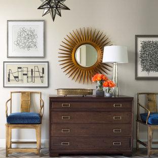 タンパの広い片開きドアトラディショナルスタイルのおしゃれな玄関ロビー (ベージュの壁、磁器タイルの床、木目調のドア、グレーの床) の写真