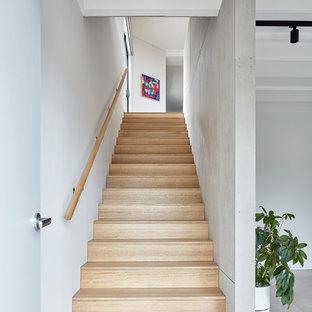 Exemple d'un hall d'entrée tendance de taille moyenne avec un mur blanc, un sol en carrelage de porcelaine, une porte simple, une porte en bois clair, un sol marron, un plafond en poutres apparentes et boiseries.