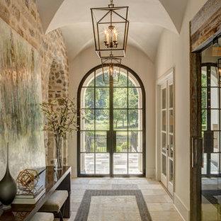 Klassisk inredning av en hall, med beige väggar, en dubbeldörr, glasdörr och beiget golv