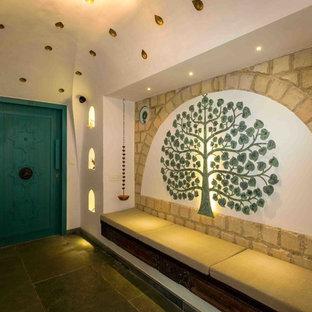 Tropischer Eingang mit weißer Wandfarbe in Mumbai