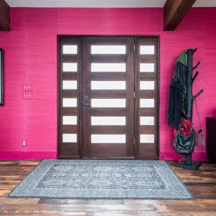 Esempio di un'ampia porta d'ingresso minimal con pareti rosse, parquet scuro, una porta singola, una porta in legno scuro, pavimento multicolore, travi a vista e carta da parati