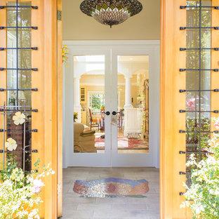 Idee per un ingresso shabby-chic style di medie dimensioni con pavimento in terracotta, una porta a due ante e una porta in legno chiaro