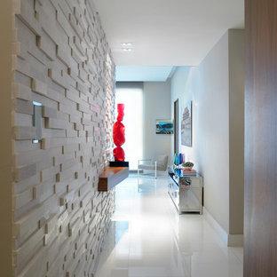 Неиссякаемый источник вдохновения для домашнего уюта: фойе среднего размера в стиле модернизм с белыми стенами и полом из линолеума