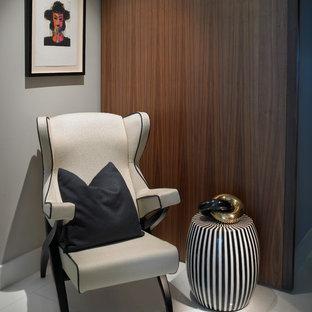 Inspiration för mellanstora retro hallar, med flerfärgade väggar och linoleumgolv