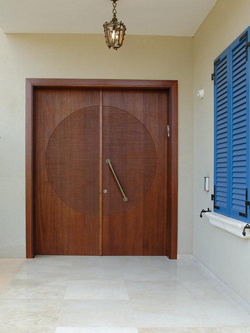entr e asiatique avec une porte en bois brun photos et id es d co d 39 entr es de maison ou d. Black Bedroom Furniture Sets. Home Design Ideas